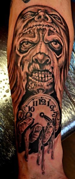 Tatuaggio Braccio Fantasy Orologio di Upstream Tattoo