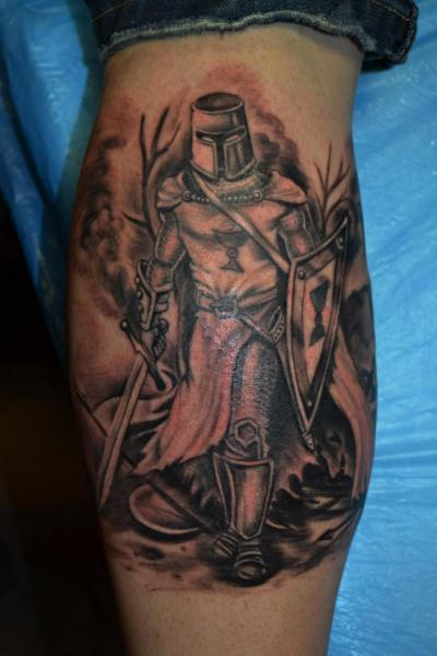 Tatuaggio Realistici Polpaccio Guerriero di Upstream Tattoo