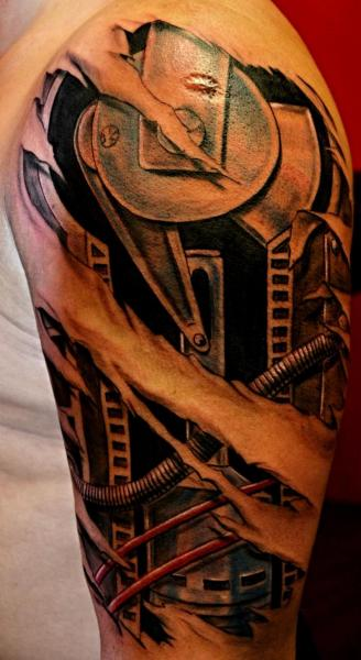 Schulter Biomechanisch Tattoo von Upstream Tattoo