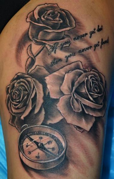 Realistische Blumen Kompass Oberschenkel Tattoo von Upstream Tattoo
