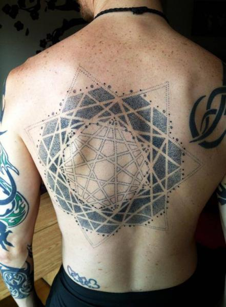Tatuaje Espalda Dotwork Geométrico por Rainfire Tattoo