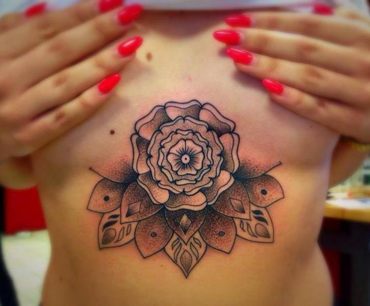 Blumen Bauch Dotwork Brust Mandala Tattoo von Bloody Ink
