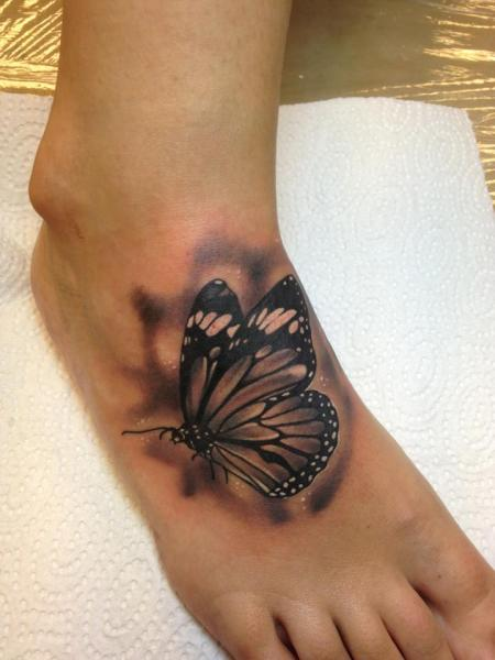Realistische Fuß Schmetterling Tattoo von Bloody Ink