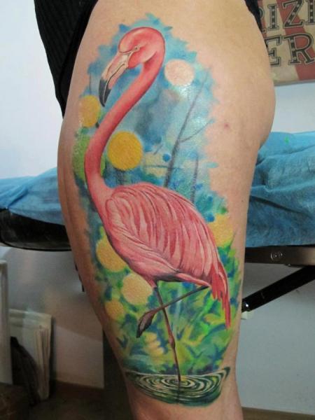 Realistische Seite Flamingo Oberschenkel Tattoo von Blood for Blood Tattoo