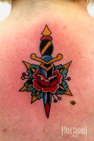 Tatuaggio Fiore Schiena Pugnale di Burnout Ink