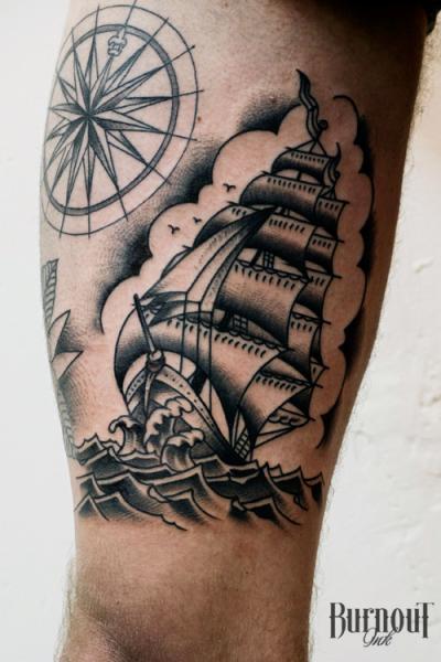 Galeone Kompass Oberschenkel Tattoo von Burnout Ink