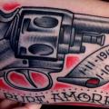 Arm Old School Waffen tattoo von Last Port