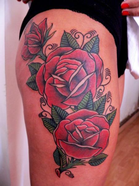 Old School Rose Oberschenkel Tattoo von Last Port