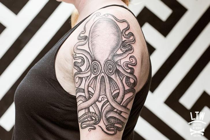 Shoulder Draw Octopus Tattoo by LW Tattoo