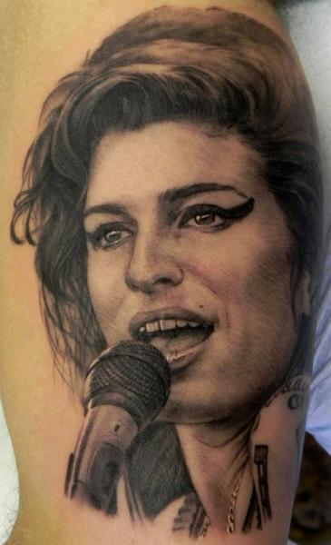 Realistische Amy Winehouse Tattoo von Xavi Tattoo