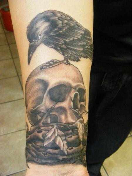 Tatuaje Brazo Cráneo Cuervo Por Sonic Tattoo
