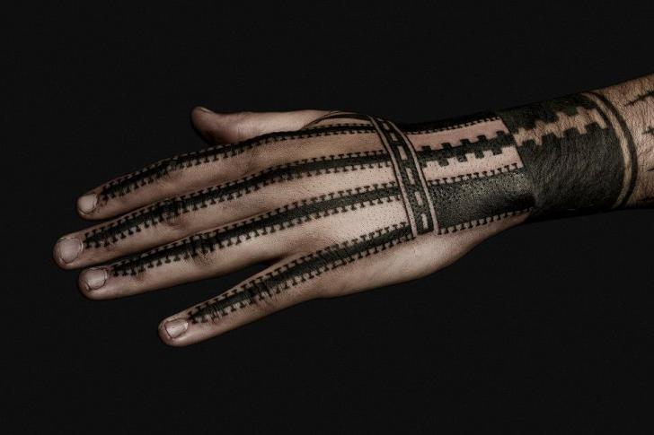 Tatuaggio Mano Dotwork Geometrici di Nazareno Tubaro