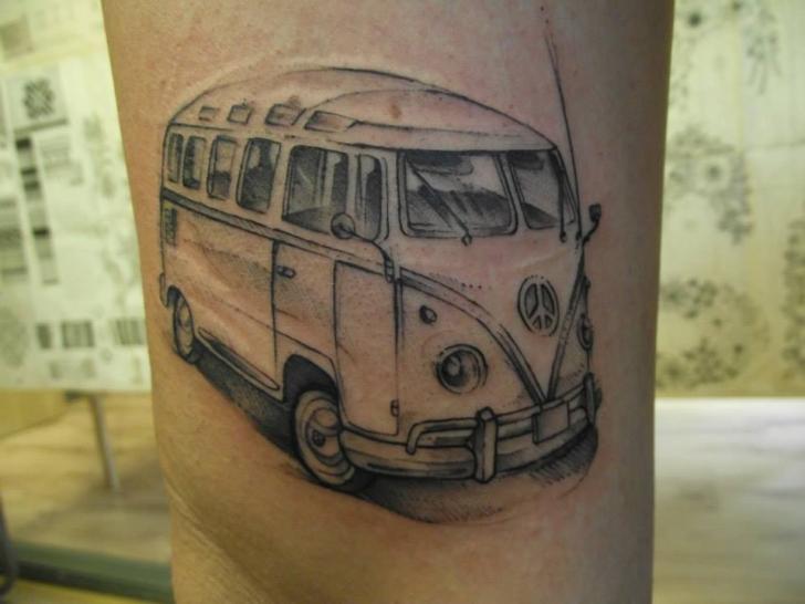 Realistische Volkswagen Van Tattoo von Tartu Tatoo