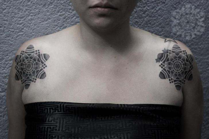 Tatuaggio Spalla Fiore Dotwork di Black Ink Power
