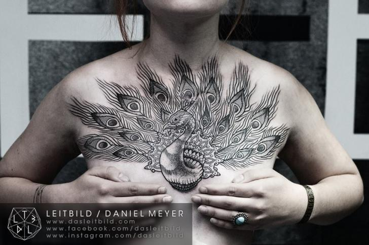 Tatuaje Pavo Real Dotwork Pecho por Leitbild