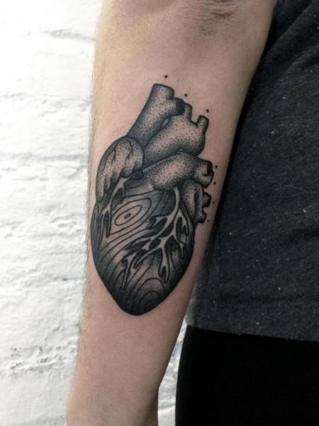 Arm Herz Dotwork Tattoo von Philippe Fernandez