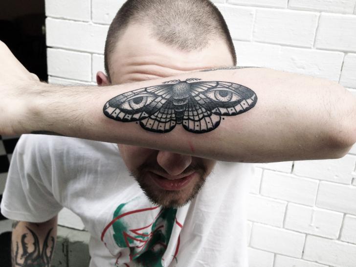 Tatuaggio Braccio Dotwork Falena di Philippe Fernandez