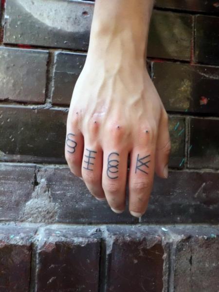 Finger Leuchtturm Dotwork Fonts Tattoo von Philippe Fernandez