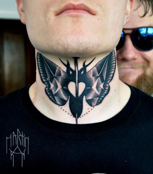 Nacken Motte Tattoo von Raw Tattoo