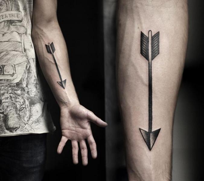Arm Dotwork Pfeil Tattoo von Kamil Czapiga