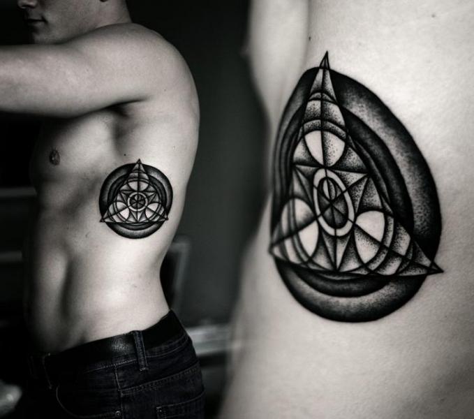 Tatuaggio Fianco Dotwork Geometrici di Kamil Czapiga