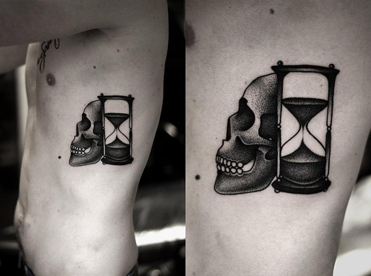 Tatuaje Lado Cráneo Clepsidra Dotwork por Kamil Czapiga