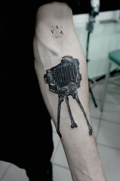 Arm Kamera Dotwork Knochen Tattoo von Master Tattoo