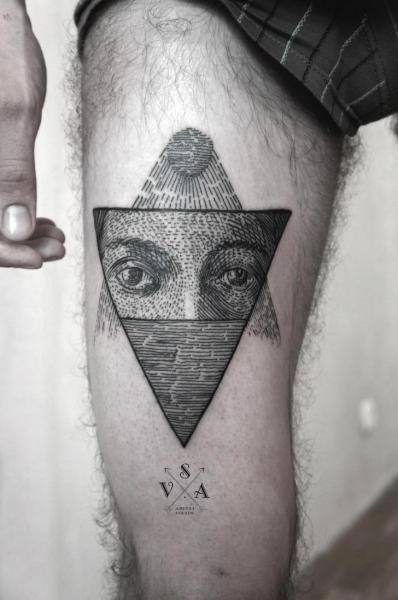 Tatuaggio Occhio Dotwork Coscia di Master Tattoo