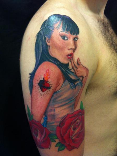 Schulter Pin-up Tattoo von Cesar Lopez Tattoo