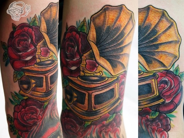 Arm Blumen Grammophon Tattoo von Customiz Arte