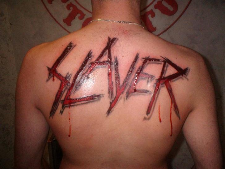 Tatuaje Letras Espalda Slayer por Cactus Tattoo