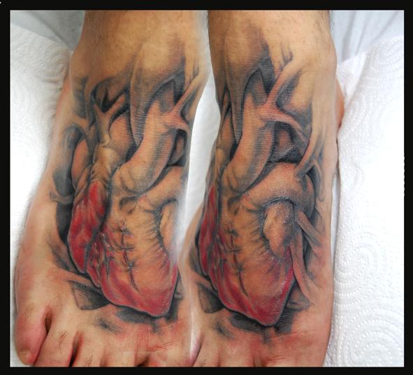 tatouage réaliste pied cœur par four roses tattoo