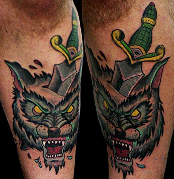 Tatuaggio Gamba Lupo Pugnale di Sputnink Tattoo
