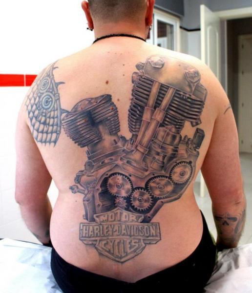 Tatuaje Realista Espalda Motor Harley Davidson por Astin Tattoo