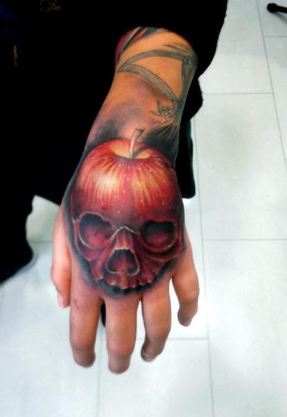 Tatuaggio Teschio Mano Mela di Astin Tattoo