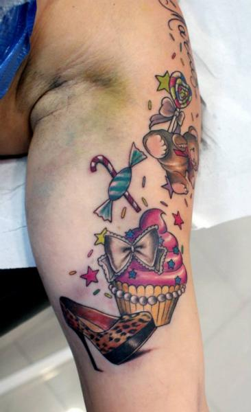 Schulter Süßigkeiten Tattoo von Astin Tattoo
