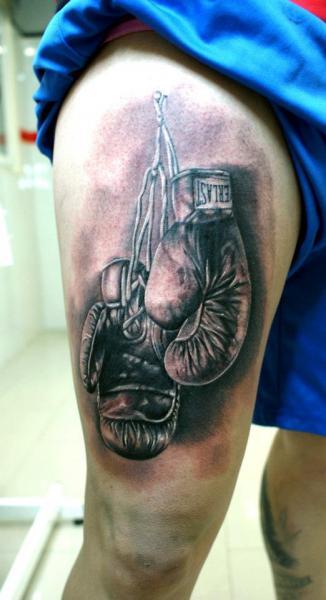 Realistische Oberschenkel Box Tattoo von Astin Tattoo