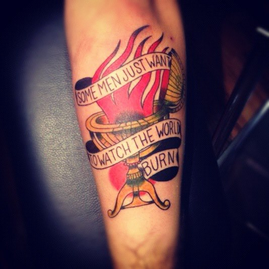 Arm Old School Flammen Tattoo von La Dolores Tattoo