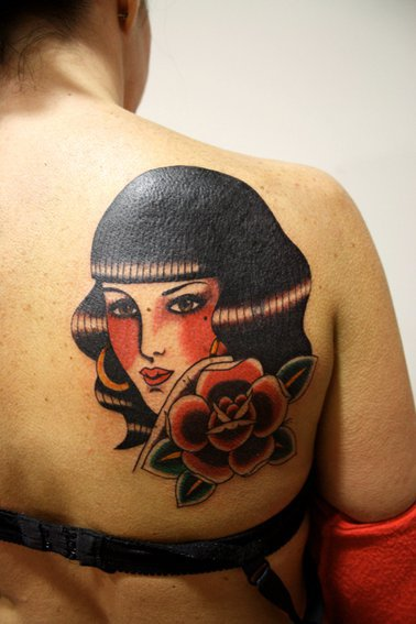 Schulter Old School Frauen Tattoo von La Dolores Tattoo