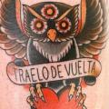 Old School Eulen Oberschenkel tattoo von La Dolores Tattoo