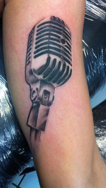 Arm Realistische Mikrofon Tattoo von Chrischi77