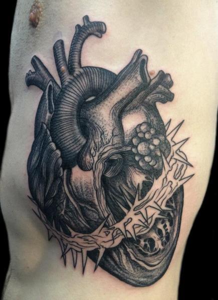 Herz Seite Dotwork Tattoo von Tin Tin Tattoos