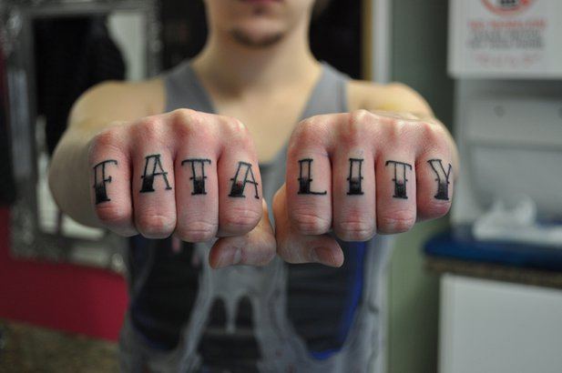 Finger Leuchtturm Fonts Tattoo von Renaissance Tattoo