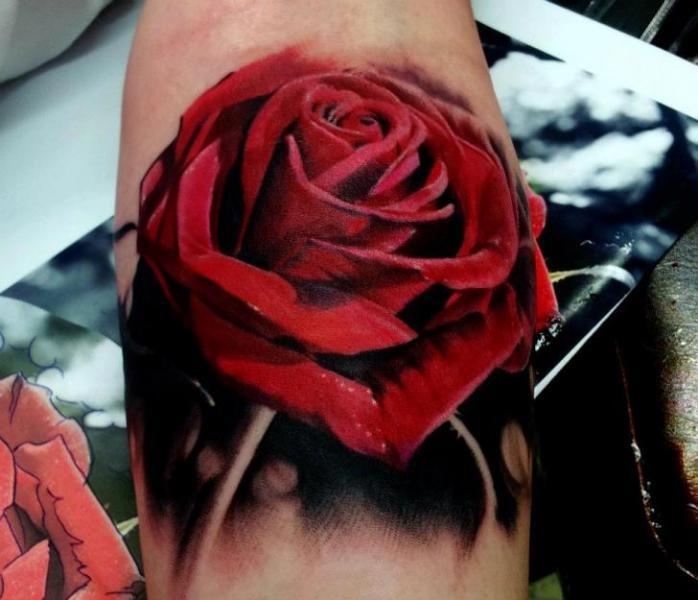 Tatuaggio Braccio Realistici Fiore Rose di Matt Jordan Tattoo