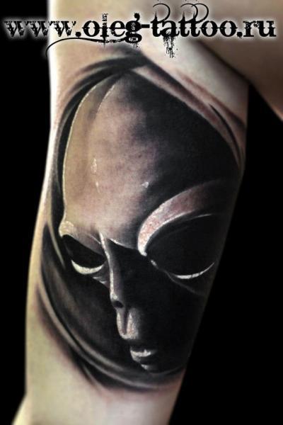 Tatuaggio Braccio Fantasy Alien di Oleg Tattoo