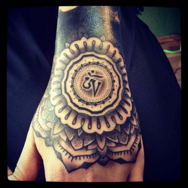 Hand Dotwork Tattoo von Gerhard Wiesbeck