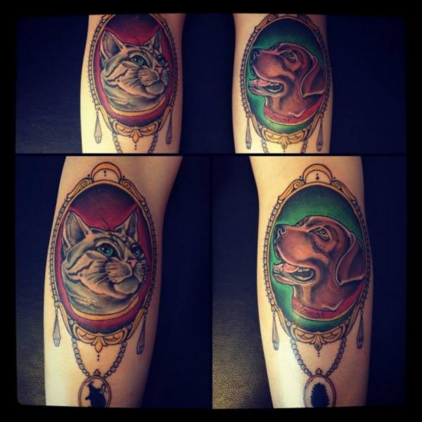Tatuaje Fantasy Perro Gato Medallón Por Time Travelling Tattoo