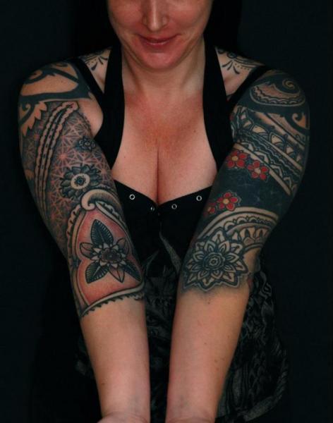 Tatuaggio Spalla Braccio Dotwork di Time Travelling Tattoo