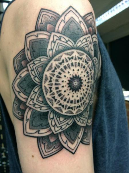 Tatuaggio Spalla Dotwork Geometrici di Time Travelling Tattoo