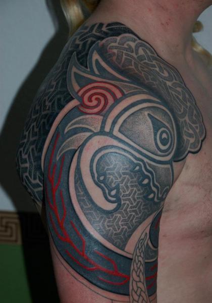 Tatuaje Hombro Dotwork por Time Travelling Tattoo